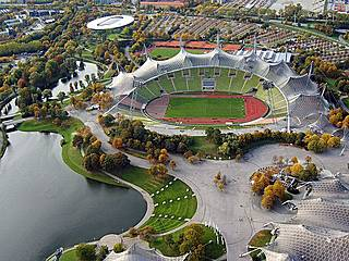 Olympiasee und -stadion vom Olympiastadion aus gesehen. © Arad Mojtahedi